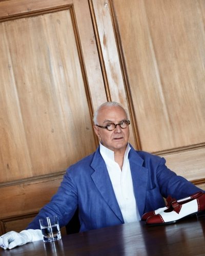 manolo blahnik designs custom slippers for guests of four